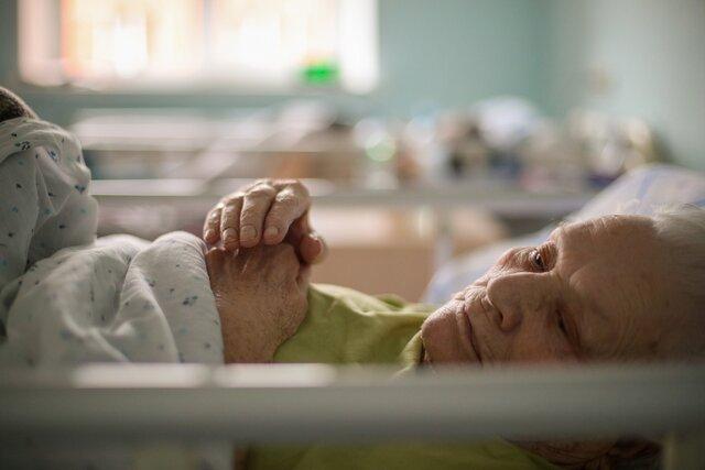 Вместе с коронавирусом приходит Следственный комитет. MeduzaCare разбирается, как справляются с COVID-19 в частных и государственных домах престарелых