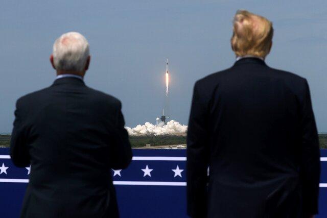 Президент и вице-президент США наблюдают за стартом Crew Dragon. Фотография