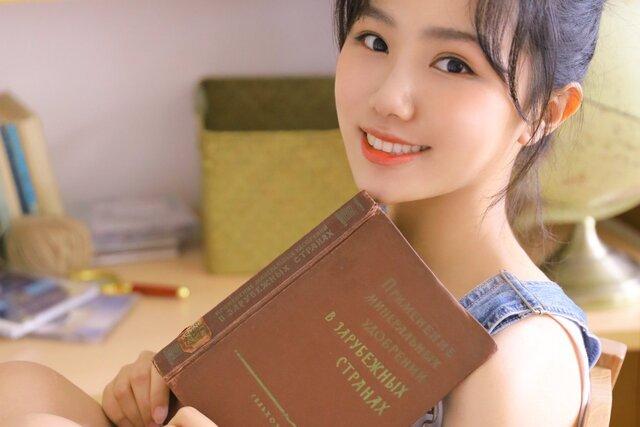 В китайской соцсети Weibo нашли фотосессии, где девушки позируют с книгами на русском. Выбор книг неочевидный — про Ленина, металловедение и даже ремонт экскаватора