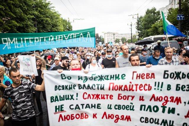 Жители Хабаровска четвертую субботу подряд устроили многотысячное шествие в поддержку Сергея Фургала. Фотографии Евгения Фельдмана