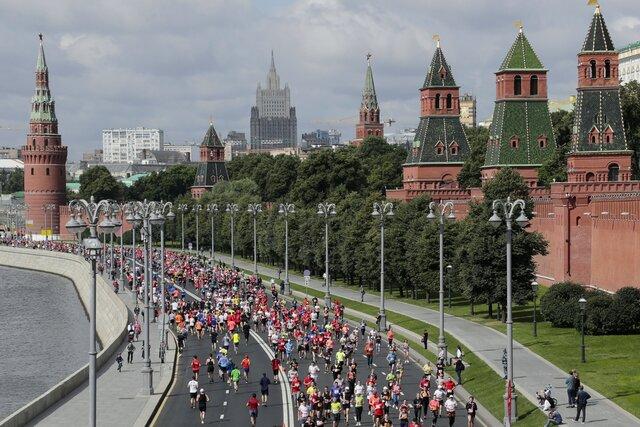 «Мы преодолели пандемию». В Москве, где массовые мероприятия по-прежнему под запретом, устроили полумарафон на 17 тысяч человек. Фотография