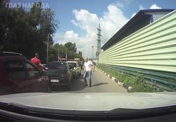 Во время разборки на дороге водитель вооружился шампурами