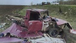 'Ларгус' на 'встречке' врезался в фургон, пострадал молодой человек