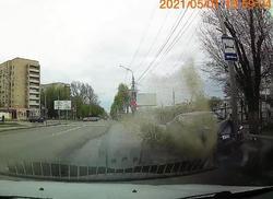 Около 'Сити-Молла' водитель въехал в столб и убежал