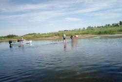 Двое мужчин выпали из лодки, один не выплыл
