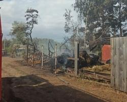 Из-за возгорания травы сгорели две дачи и две машины