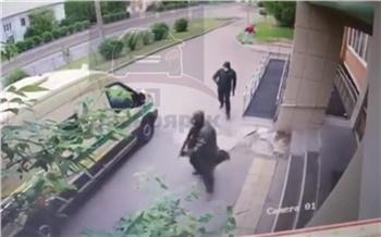 Появилось видео момента нападения на инкассаторов в Красноярске