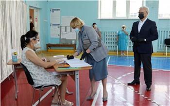 Губернатор Красноярского края Александр Усс и мэр Красноярска Сергей Ерёмин уже проголосовали по поправкам в Конституцию