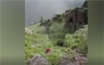 Появилось видео падения женщины со скалы в Курагинском районе
