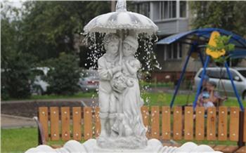 Во дворе Железнодорожного района Красноярска появился фонтан в виде влюблённой пары