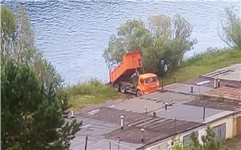 В Дивногорске водитель КАМАЗа завалил берег строительным мусором