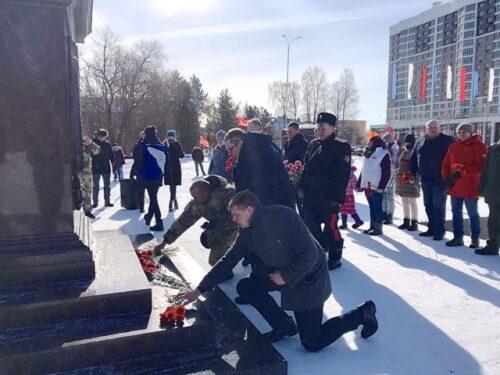 На площади Воинской Славы в Брянске развернули большую копию Знамени Победы