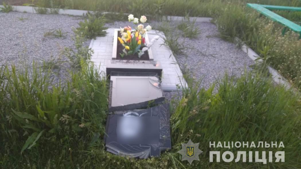 На Харьковщине дети устроили погром на кладбище