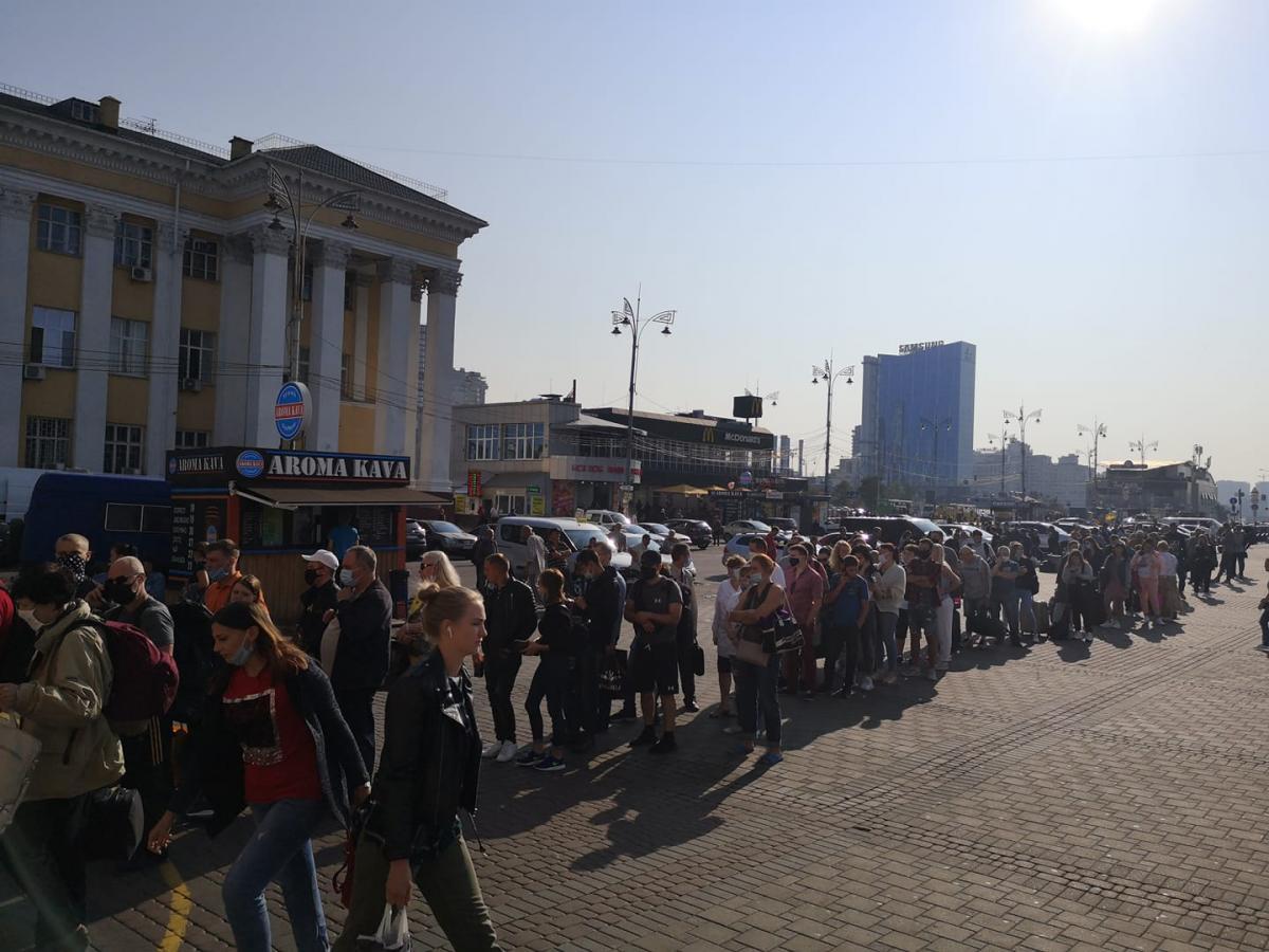 Пассажиры 'заблокировали' метро на вокзале Киева длинными очередями за билетами