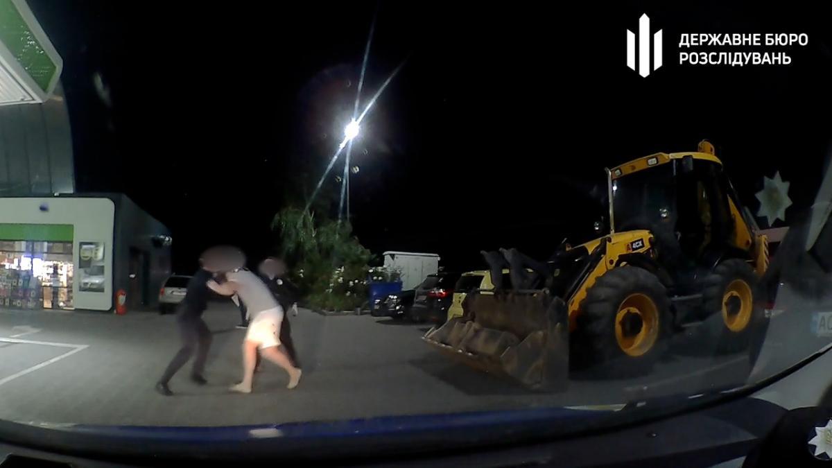 Дрался и душил патрульных: СБУшнику сообщили о подозрении за дебош на дороге