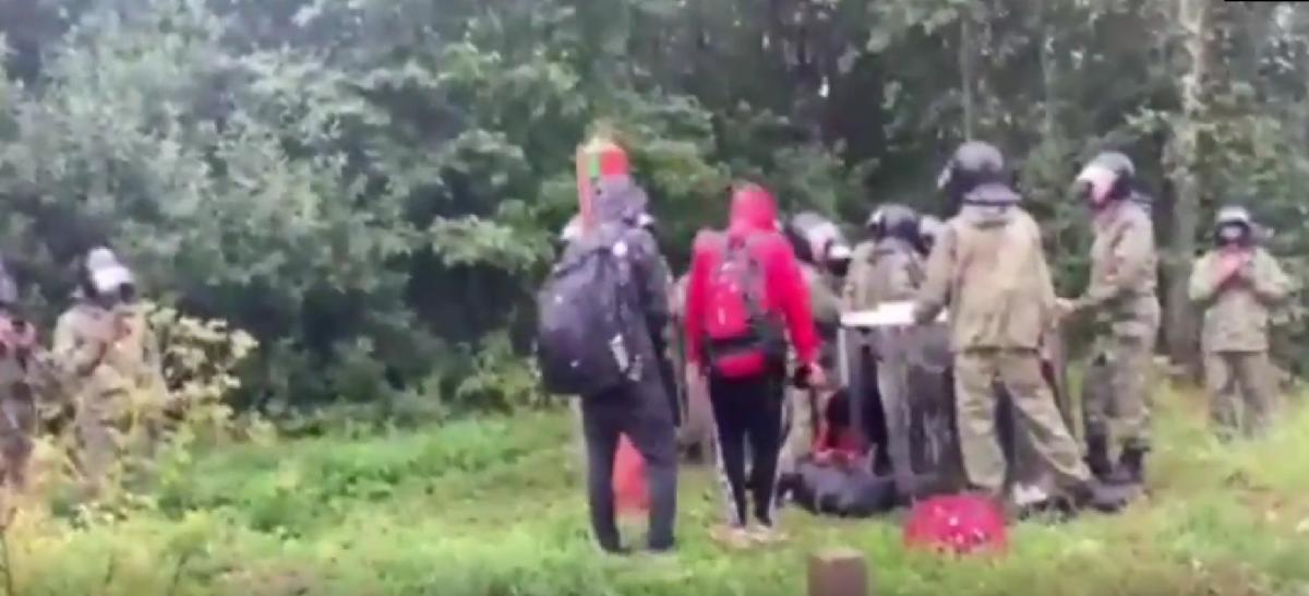 В сети показали, как белорусские пограничники со щитами гонят нелегалов в Литву