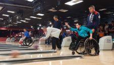 В Кемерове инвалиды показали, как выбивать страйк