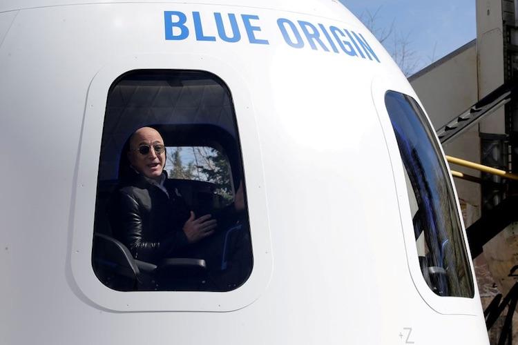 Джефф Безос и другие члены команды готовятся к первому туристическому космическому полёту Blue Origin, намеченному на вторник