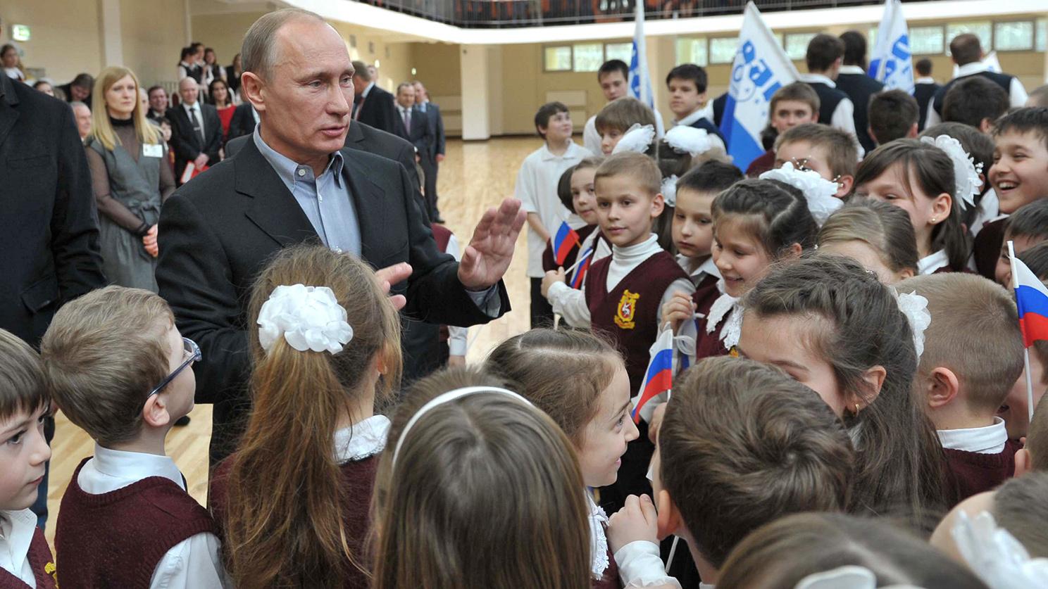 Владимир Путин раздает новые пособия семьям с детьми. Как их получить
