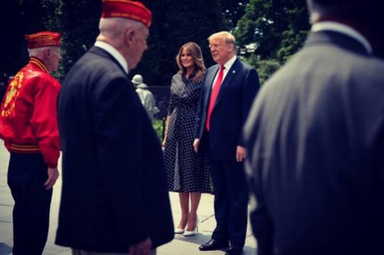 Мелания Трамп не надела маску на встрече с ветеранами и была обругана
