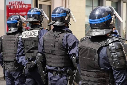 Во Франции автомобиль въехал в толпу людей у бара
