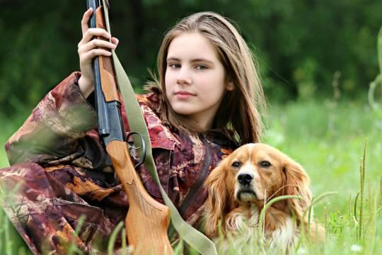 Женщину раскритиковали за приучение двухлетней дочери к охоте
