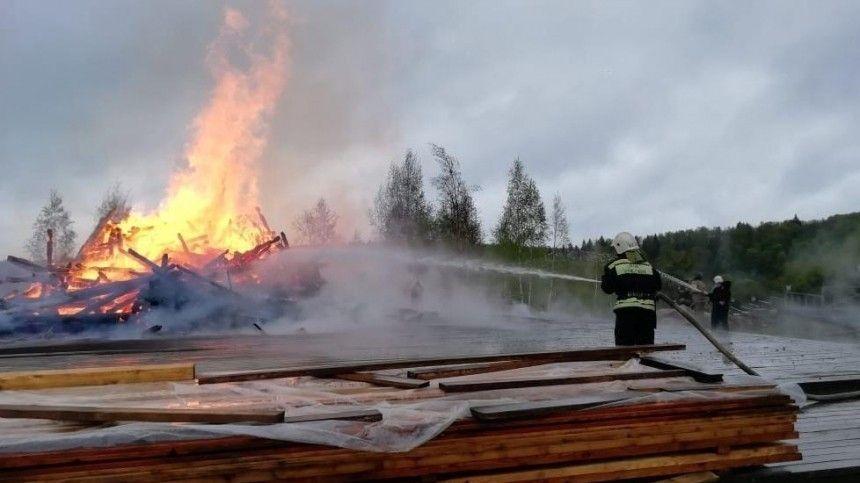 Видео: Деревянная церковь сгорела дотла в Подмосковье