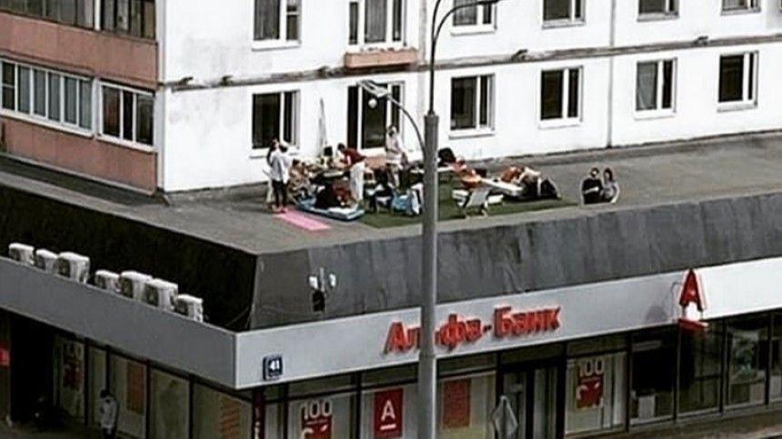 Москвичи организовали пляж на крыше банка, где фанат Бузовой захватил заложников