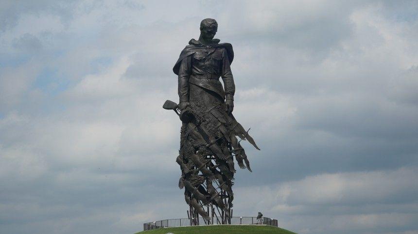 Путин и Лукашенко открыли памятник Советскому солдату