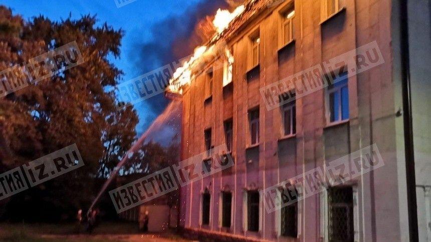 В полыхающем Доме культуры в Гусь-Хрустальном произошло обрушение кровли — видео