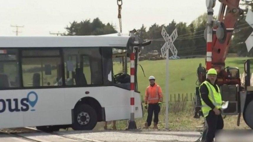 Видео с места столкновения школьного автобуса с поездом в Новой Зеландии