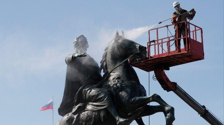 Банный день для императора: Реставраторы Петербурга помыли Медного всадника на Сенатской площади
