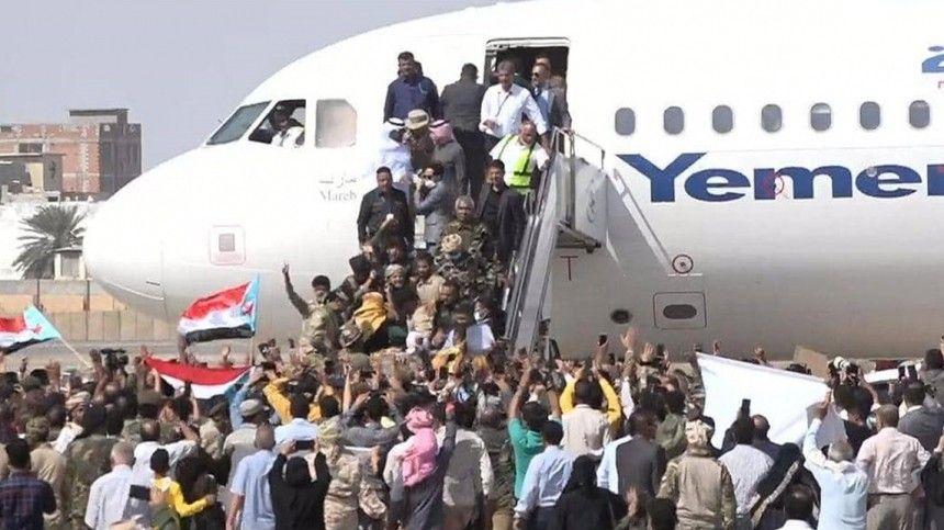 Взрыв прогремел в аэропорту Йемена в момент прибытия нового правительства