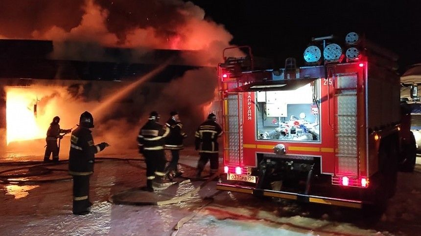 Охваченный огнем ангар в Москве обрушился во время тушения — видео