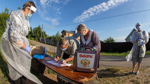 """«Кисонька, я все равно ничего не вижу» // Корреспонденты """"Ъ"""" сопровождали переносные ящики для голосования от Арбата до сельских окраин"""