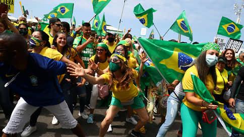 Сначала намечался карнавал, потом протесты, потом решили совместить // Почему одна половина населения Бразилии боготворит своего президента, а другая ненавидит