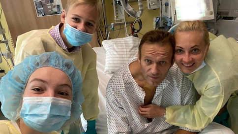 Навальный опубликовал свою первую фотографию после комы