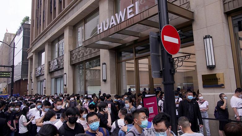 Huawei и Apple померяются размерами флагманских магазинов. Новый магазин Huawei, похоже, пока лидирует