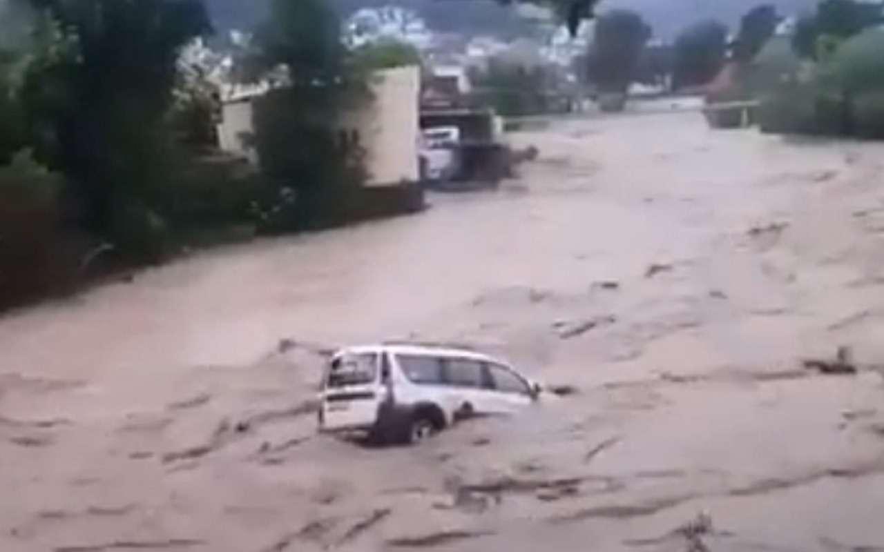 Шок-видео из затопленного Сочи: Ларгус несется в потоке воды