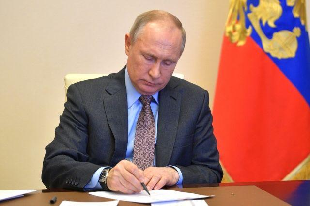 Путин подписал закон о выплате довольствия семьям погибших военных
