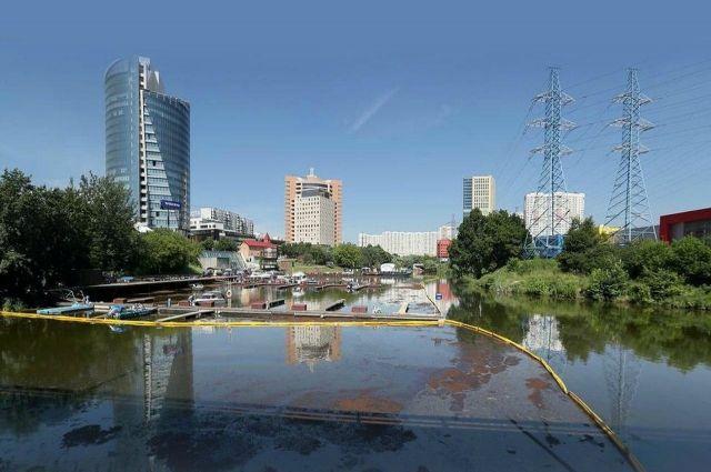 Пятно нефтепродуктов на Химкинском водохранилище выросло до 30 тысяч кв. м