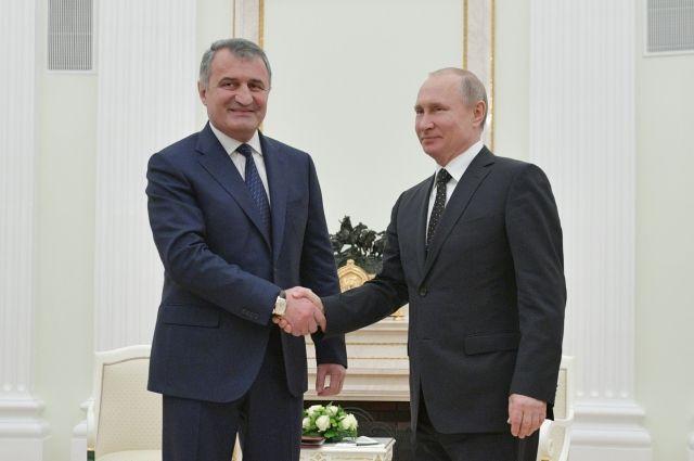 Путин поздравил президента Южной Осетии с Днем республики