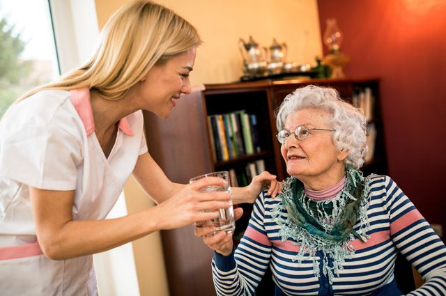 Помощь, не выходя из дома. К пожилым людям приходят врачи из частных клиник