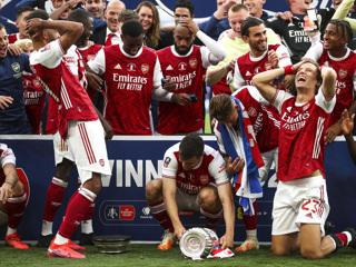 Форвард 'Арсенала' Обамеянг сломал трофей Кубка Англии