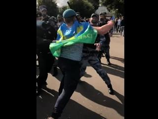 Десантники подрались с полицией в Парке Горького. Видео