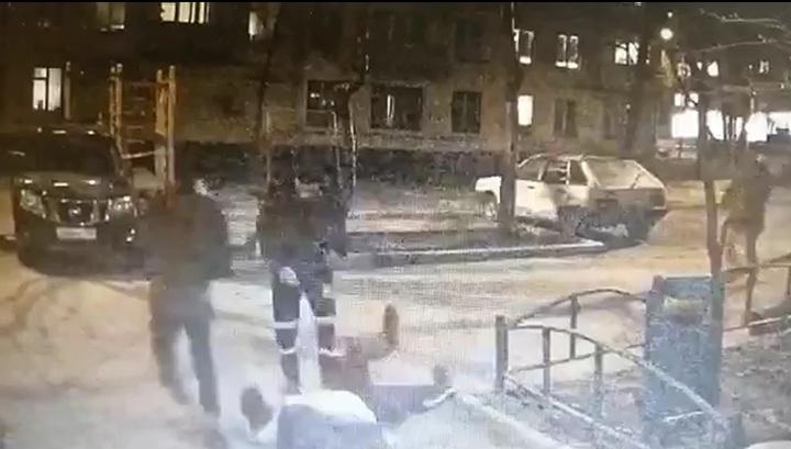 Появилось видео жестокого избиения отца и сына мигрантами в Москве