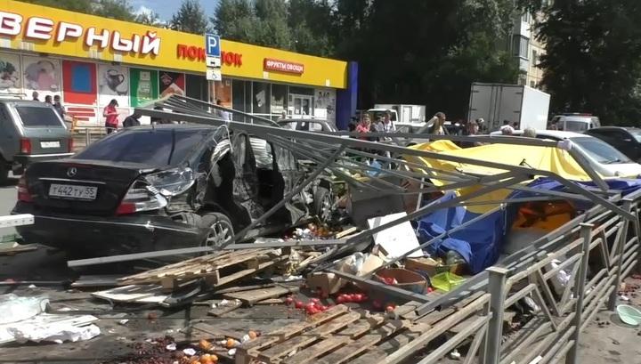 Восемь пострадавших: появилось видео наезда на людей в Омске