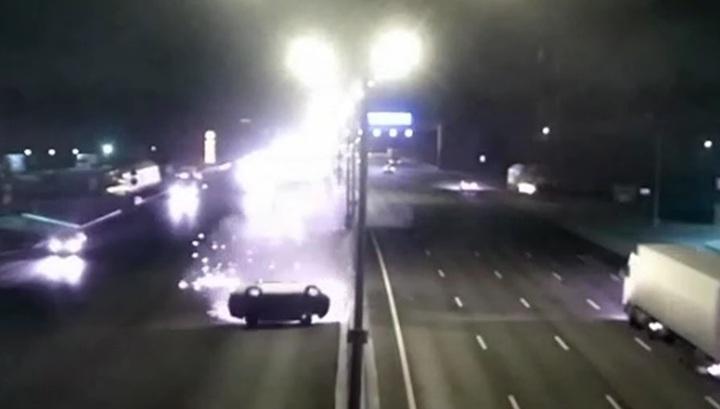 Появилось видео впечатляющей аварии с переворотом на МКАД в Москве