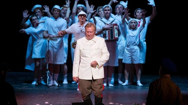 Сергей Шакуров сыграл Вождя в музыкальном спектакле «Красный Моцарт»
