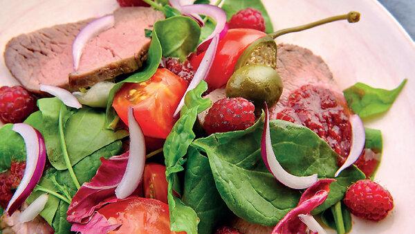 Теплый салат с ростбифом и брусничным джемом: рецепт от Марии Соколовой